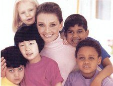 I love this picture of Audrey Hepburn surrounded by children. She did a lot of work in the latter part of her life helping children in poverty stricken areas. Robes Audrey Hepburn, Audrey Hepburn Unicef, Audrey Hepburn Children, Audrey Hepburn Style, Secret Admirer, Beautiful Lips, Beautiful People, Beautiful Women, Steven Meisel