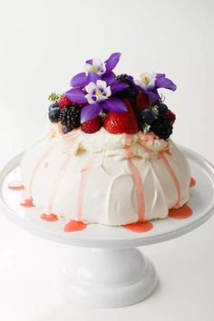 Strawberry Pavlova, Apricot Tart, Pavlova Recipe, Types Of Cakes, Fancy Desserts, Food Print, Deserts, Dessert Recipes, Postres