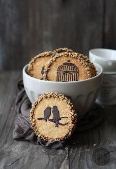 Peanut Butter cookies with Chocolate - (links to translation) - shortbread-type cookies with delicate peanut butter flavor, chocolate decoration and chopped nuts - decoration is applied by spooning melted chocolate over stencil -  #cookie #cookies #chocolate #nuts #recipe #stencil #peanut #butter - from Larecetadelafelicidad - tå√