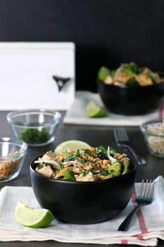 This modified Tofu Pad Thai recipe doesn't require any special ingredients and only takes about half an hour to make. I'm also including peanut-free variations for my nut-allergy friends. Quick Vegan Meals, Easy Vegetarian Dinner, Fast Healthy Meals, Vegan Dinner Recipes, Vegan Dinners, Healthy Food, Best Tofu Recipes, Vegan Recipes Easy, Tofu Dishes
