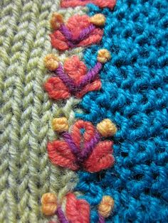 bordado sobre una costura en punto o ganchillo ; stickerei über eine naht in stricken oder häkeln Loom Knitting, Knitting Stitches, Embroidery Stitches, Hand Embroidery, Knitting Patterns, Crochet Patterns, Flower Embroidery, Embroidery Ideas, Crochet Motifs