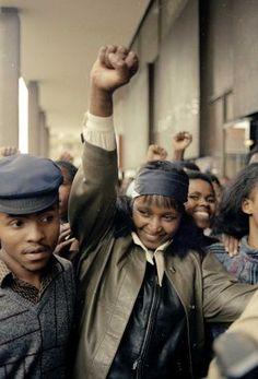 Winnie Mandela, by Greg English, Wire / AP 1986 Winnie Mandela, First Black President, Vintage Black Glamour, Black Presidents, Black History Facts, African Diaspora, African History, Black Power, African Beauty