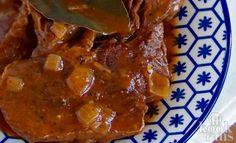 Zo maak je draadjesvlees zachter dan ooit! Draadjesvlees oftwel suddervlees is een bekend gerecht in ieder Nederlands huishouden. Dat heerlijke rundvlees moet eigenlijk uit elkaar vallen op je bord! Jammer genoeg dat het lijkt alsof alleen oma dit goed kan.. Met deze dit recept kun jij dat zelf ook