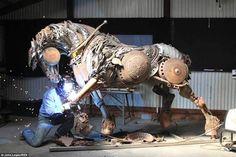 So was hast du noch nie gesehen! Dieser Künstler verwandelt abgenutzte & defekte Landwirtschaftsmaschinen in wundervolle Kunstwerke! - DIY Bastelideen