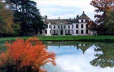 Chateau de Coppet en Suisse. le château est passé en 1878 entre les mains de la famille d'Haussonville.  En effet, Louise de Broglie (1818 – 1882), nièce de Madame de Staël en hérita et épousa le Comte Othenin d'Haussonville.