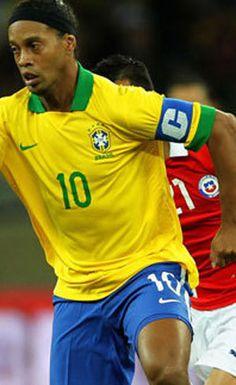 """""""Treinamos pouco juntos"""" - Ronaldinho culpa falta de entrosamento pelo empate com o Chile Soccer Stars, Football Soccer, Word Cup, Good Soccer Players, Most Popular Sports, Team Player, Bob Marley, Cristiano Ronaldo, Brazil"""