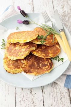 An easy versatile dish which makes a delicious vegetarian, breakfast, brunch, lunchbox idea or even a light low-cal evening meal. Recipe adapted for Thermomix Great Recipes, Vegan Recipes, Cooking Recipes, Favorite Recipes, Yummy Recipes, Corn Fritter Recipes, Bellini Recipe, Corn Fritters, Savory Snacks