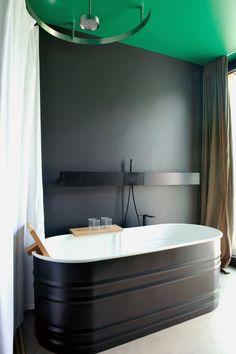 Black and green bathroom in Kurt & Claudia Brunner's home - ceiling Bathroom Spa, Bathroom Interior, Master Bathroom, Bathroom Green, Home Interior Design, Interior Architecture, Black Bathtub, Black Tub, Black Walls