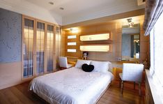 estanterías iluminadas en la pared del dormitorio al estilo minimalista