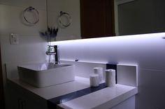 Fita de LED Lumitek em espelho sob medida no banheiro
