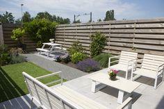 Een leuke kleine stadstuin met picknicktafel en tuinset. Heel onderhoudsvriendelijk en deze kostte slechts 2.995 euro inclusief het aanleggen!