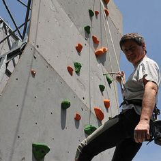 Alemanno è un'alpinista provetto. È  forte e inossidabile come Tazio Nuvolari. È uomo di decisioni maschie e austere, di pala, moschetto e zappa. È sportivo, milite fin prima della caduta del primo dente da latte.   Ebook www.isiciliani.it