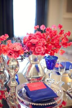 Table Design - Settings and Napkins / Coral sweet pea and ranunculus. Beautiful color palette!