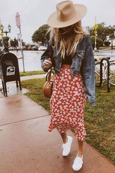 20 City Outfit Ideas for Summer Midi skirt, cropped top and denim jacket City Outfits, Trendy Outfits, Fashion Outfits, Fashion Hacks, Womens Fashion, Fashion Tips, Fashion Trends, Spring Summer Fashion, Spring Outfits