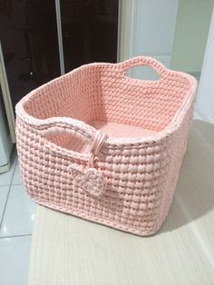 This Pin was discovered by Gül Free Crochet Bag, Crochet Bowl, Crochet Basket Pattern, Afghan Crochet Patterns, Crochet Purses, Crochet Gifts, Crochet Motif, Crochet Magazine, Knitted Bags