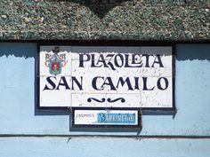 Cacería Tipográfica N° 240: Señal en cerámico para la Plazoleta San Camilo a la entrada del mercado del mismo nombre en Arequipa.
