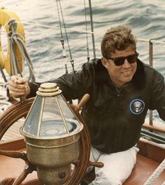 John F Kennedy on the US Coast Guard yacht Manitou off the coast of Maine on 12 August 1962 John Kennedy, Les Kennedy, Caroline Kennedy, Senator Kennedy, Jaqueline Kennedy, Rhode Island, Familia Kennedy, First Ladies, Most Stylish Men