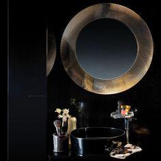 Näyttävä peili kerää ansaitusti huomion tummanpuhuvassa kylppärissä. Kylpyhuonekalusteet: Kartell by Laufen │ Laattapiste
