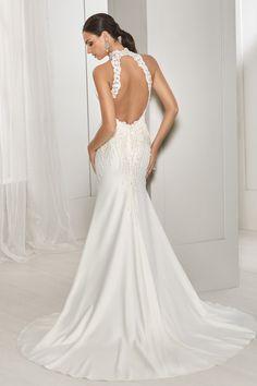 6e3a11c885 Szatén sellő fazonú menyasszonyi ruha csipke felsőrésszel, magasan szabott  nyakmegoldással, rendkívül trendi keresztpánttal a