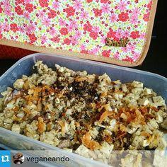 Risotto al funghi (portobello, champiñón y shiitake) con daditos de tofu, cebolla frita y orégano. Primer supermenú de tupper vegano de Míriam [@veganeando] para estrenar su nuevo Snailbag Amaia Mango. Snailbag everywhere you go! #Snailbag #lunchbag #tuppertime #tupper #vegano #healthy #vegan #moda #chic #MadeInSpain #ShopOnline http://www.snailbag.es/shop/bubolic-vs-navy/bolsa%20porta%20alimentos%20isotermica%20para%20tuppers/bolsa-isotermica-porta-alimentos-snailbag-amaia-mango/