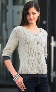 Den fine jakke med fletmønster på forstykkerne er strikket i det allerblødeste garn – som selv de mest sarte vil kunne bære