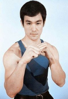 Bruce Lee ~ Jeet Kune Do ~ 'On Guard Fighting Stance With Right Hand Leading Like A Southpaw Boxer' for a right handed person with strongest weapons up front. Brandon Lee, Kung Fu, Bruce Lee Photos, Steven Seagal, Martial Arts Movies, Martial Artists, Chuck Norris, Eminem, Artiste Martial