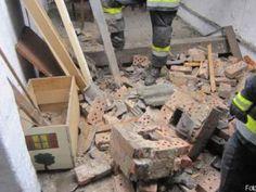 Umkippender Schornstein durchschlägt Hausdach http://www.feuerwehrleben.de/umkippender-schornstein-durchschlaegt-hausdach/ #feuerwehr #dach #kamin