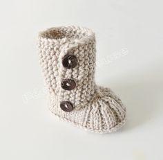 Chaussons bébé, Bottes de bébé tricotés à la main est une création orginale de feetricoteuse sur DaWanda Knitted Booties, Crochet Baby Booties, Crochet Wool, Crochet Shoes, Knitting Socks, Baby Knitting, Knitting Projects, Knitting Patterns, Tricot Baby