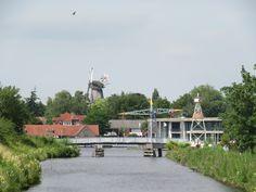 Blick auf den Hafen und die Windmühle sowie die Hebebrücke von Aurich