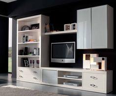 Composición modular de estilo neoclásico, acabada en laca brillo, puertas con cristal tintado y marco de aluminio.