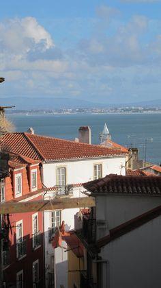 De olhos e varanda sobre o rio. Rio, Mansions, House Styles, Home Decor, Porch, Lisbon, Eyes, Mansion Houses, Manor Houses
