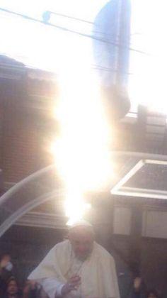 Espírito Santo. A Pomba de Luz que Pousou no Papa Francisco (Energia Luminosa Vindo do Céu)