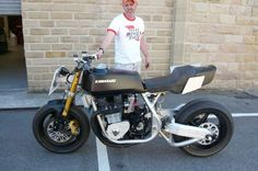 John keeling of Racefit holds one of their on going projects for a photo (thank you), a pseudo Z1/Z1000 aircooled AMA inspired 80s superbike. Although this looks not far off finished actually will evolve a way further- angled down twin shocks, custom light/oil cooler, extre bracing around the headstock, mikuni flatslide carbs, AP Racing braking gear with Brembo m/c ++++. pictures to follow when can.