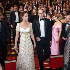Feb 2020 - Kate Middleton, wowed on the BAFTA red carpet in a white and gold gown by Alexander McQueen with Prince William, at the Royal Albert Hall in London this evening. Duchess Kate, Duke And Duchess, Duchess Of Cambridge, Looks Kate Middleton, Kate Middleton Photos, Bafta Red Carpet, Principe William Y Kate, Diana, Alexander Mcqueen Dresses
