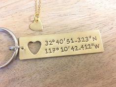 Regalo fidanzato - coppie insieme-Custom mano timbrato Coordinate portachiavi con cut-out collana cuore | Anniversario d