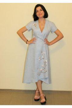 Елегантна світло-блакитна лляна вишита сукня в сучасному українському  стилі. Модель з коротким рукавом b89c0998686ef