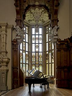 Harlaxton Manor, Lincolnshire: The oriel of the hall with its huge pendant and glass depicting family heraldry. 📷 by ©Paul Highnam/Country Life Picture Library Dream Home Design, My Dream Home, House Design, Beautiful Architecture, Architecture Design, Casa Retro, Interior And Exterior, Interior Design, House Goals