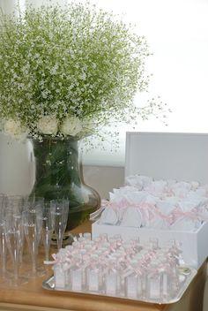 Mesa com doces e taças.