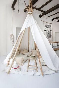 Pour les beaux jours, voici un tipi facile à réaliser pour profiter de l'extérieur !Le matériel : – 6 bambous de 1,80 à 2 mètre de long – 1 morceau de tissu de 3 mètre sur 1,5 m &…