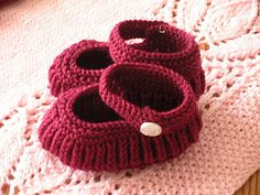 Knitting - Mary Jane Baby Booties. Free pattern generously shared by Annie Cholewa.