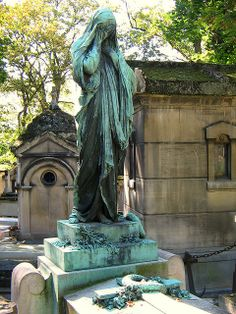 Pere lachaise weeping woman