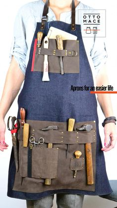 Denim apron with pockets and leather straps. It is an apron that receives pockets of suede leather in sight. Both the neck strap and the belt are adjustable in length. It is a hard apron both for denim and for the skin used. Leather Apron, Suede Leather, Grill Apron, Woodworking Apron, Apron Pockets, Leather Pattern, Leather Projects, Filipina, Leather Working