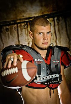 Cute Football Players, Football Pads, Soccer Players, Photography Senior Pictures, Sport Photography, Senior Photos, Football Senior Pictures, Football Photos, Hot Country Men