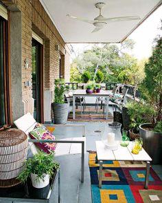 Balcón largo con distintos espacios