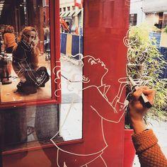 Creativiteit troef op de werf! Met koffie in de ene en tekengerief in de andere hand, illustreert Maria de Gier de vitrine van Vandekerckhove's Koffiebranderij . Volledig our cup of tea! #illustration #windows_aroundtheworld #drawing #art #streetart #visitgent #instaghent #igersbelgium