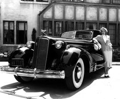 1934 : Marlene Dietrich with her Cadillac.
