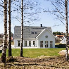 Påbyggnad i ungefär rätt storlek Nordic Home, Scandinavian Home, New England Hus, Bungalow Extensions, Cottage Exterior, Timber House, Classic House, Exterior Design, Future House