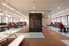 Het Nieuwe Werken- Ruime en open, flexibele werkplekken - More office interior inspiration and tips on Dutch weblog http://www.stylingblog.nl