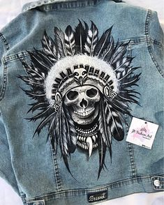 🖤Feliz Domigo🖤 Arrancamos la semana 💪 #SKULLJACKET ✨Pintada a mano by #Bussot✨ Painted Denim Jacket, Painted Jeans, Painted Clothes, Denim Jacket Men, Diy Clothing, Custom Clothes, Jeans Tumblr, Custom Denim Jackets, Denim Art