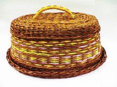 (GREAT tutorial) tie plastic mold to bottom of weaving for movable ease... ♥ ♥ ♥ Как сплести хлебницу из газетных трубочек ♥ ♥ ♥
